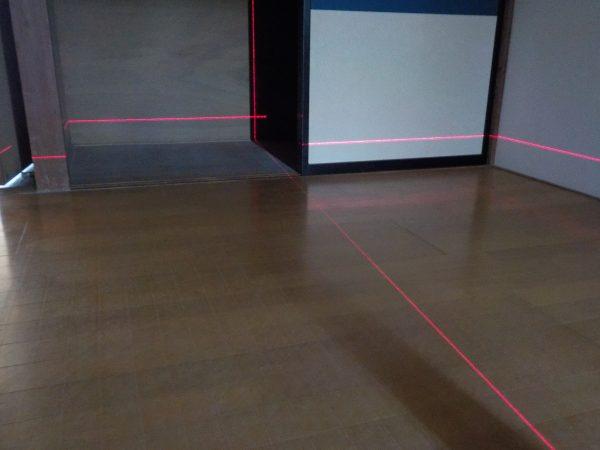 レーザーによる床の水平と柱の傾斜調査