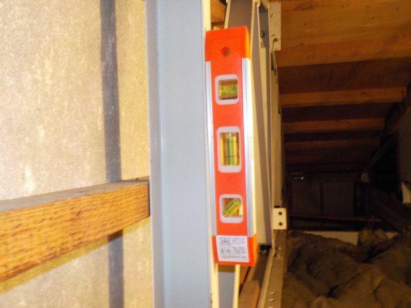 1階の小屋裏タテ枠材の垂直調査